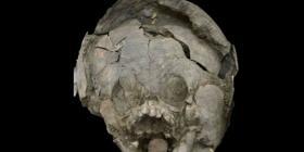 Descubren un extraño entierro de niños que usaban cascos hechos de cráneos