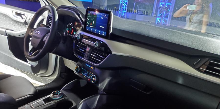 Desde la versión SE, se encuentra el sistema SYNC 3 con una pantalla táctil de 8 pulgadas para manejo de llamadas, mensajes y música, compatible con Apple CarPlay, Android Auto, Ford + Alexa y la aplicación de navegación Waze. (Francisco Javier Díaz)