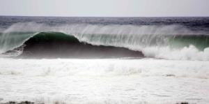 Histórica marejada azota la costa norte, oeste y sur de la isla