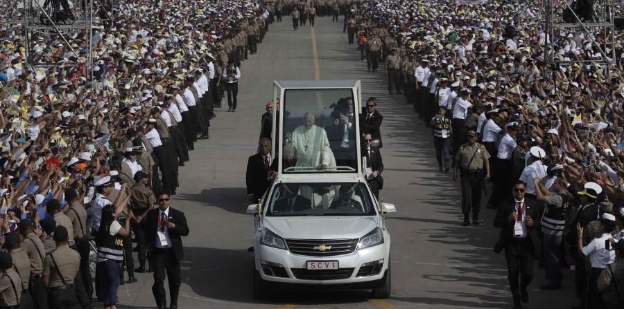 El pontífice Francisco llega en el papamóvil para oficiar una misa en la base aérea Las Palmas en Lima, Perú (horizontal-x3)