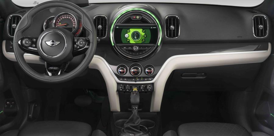 Por dentro, este modelo presenta elementos sumamente modernos, que van a la par con la tecnología que tienen en su sistema motriz.