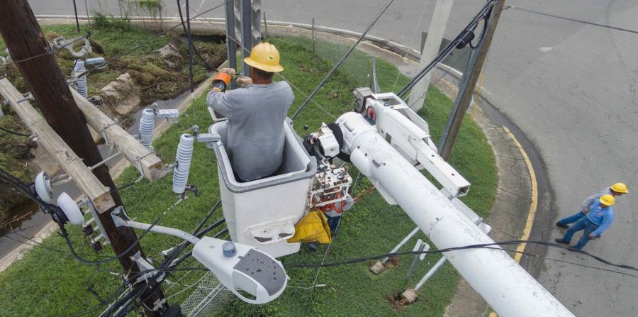 Empleados de la AEE laboran para restablecer el servicio de energía en un sector de Culebra. (GFR Media) (horizontal-x3)