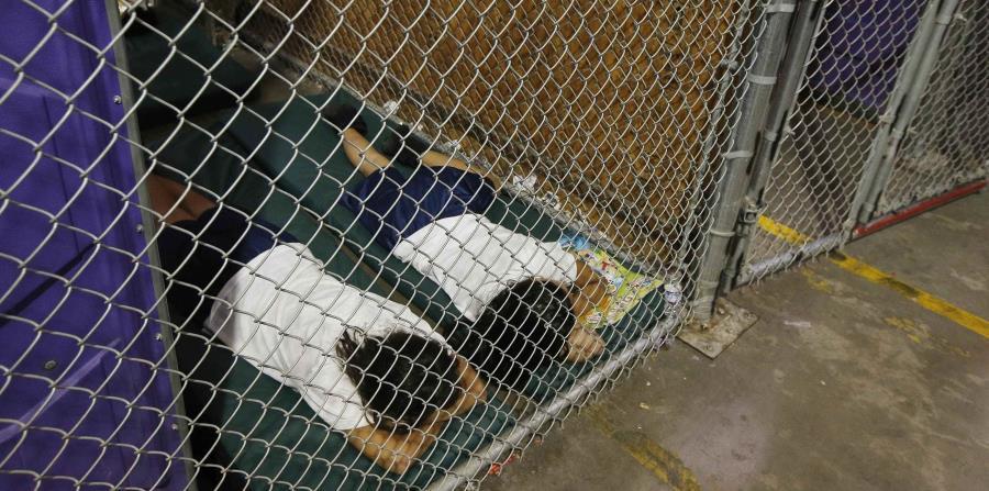 Dos personas duermen en el centro de detención de migrantes en Nogales, Arizona. (horizontal-x3)