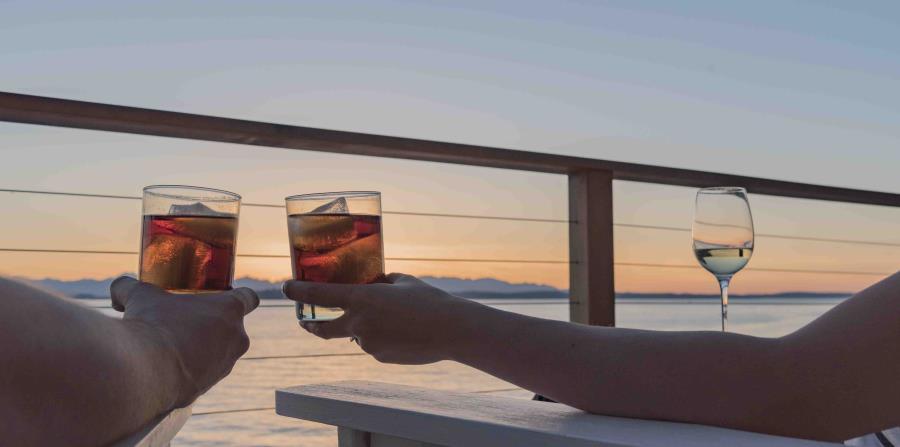 Personas tomando bebida en crucero
