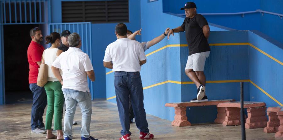 El miembro del Salón de la Fama Iván Rodríguez (camisa negra) participó en la inspección del estadio Pedro Román Meléndez.