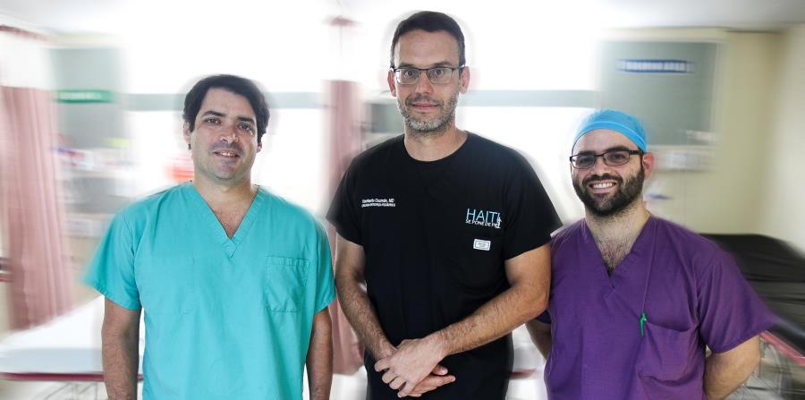 Los residentes Andrés Muñiz y Pablo Marrero, junto al doctor Humberto Guzmán (en el centro) harán  su subespecialidad en ortopedia en Estados Unidos, pero confían regresar. (horizontal-x3)