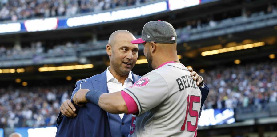 Beltrán apareció en su uniforme de los Astros de Houston y le entregó una chaqueta a Jeter. (horizontal-x3)