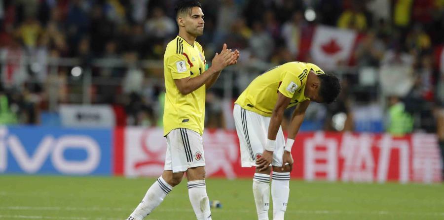 El delantero de Colombia Radamel Falcao (izquierda) reacciona tras la derrota por penales ante Inglaterra. (horizontal-x3)