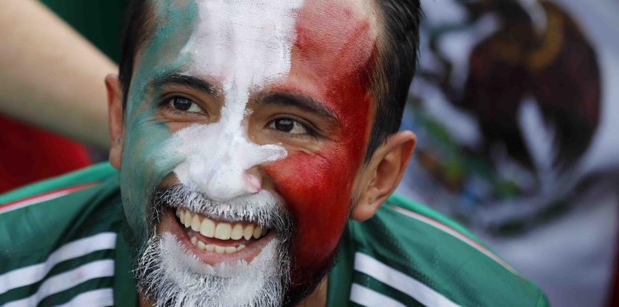 Un fanático de México sonríe en pleno partido. (horizontal-x3)