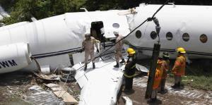 Heridos seis estadounidenses cuando avión se partió por la mitad