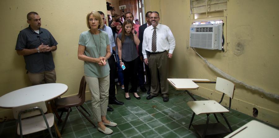 En noviembre de 2017, la secretaria de Educación de EE.UU., Betsy De Vos, visitó la isla para constatar los daños que provocó el huracán en escuelas. (horizontal-x3)