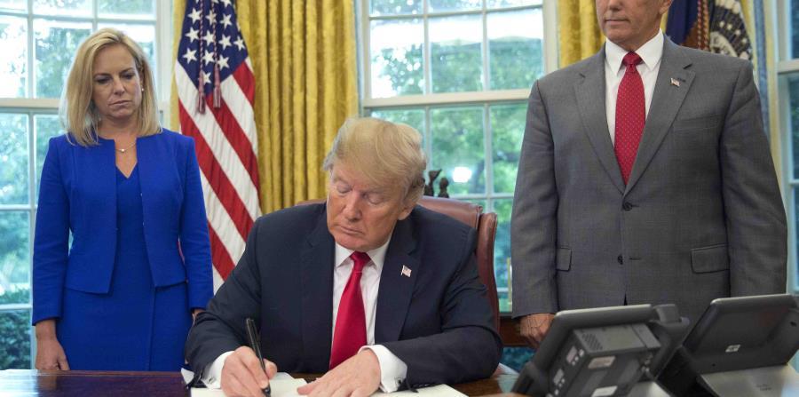El presidente firmó la orden en la Casa Blanca. (AP)