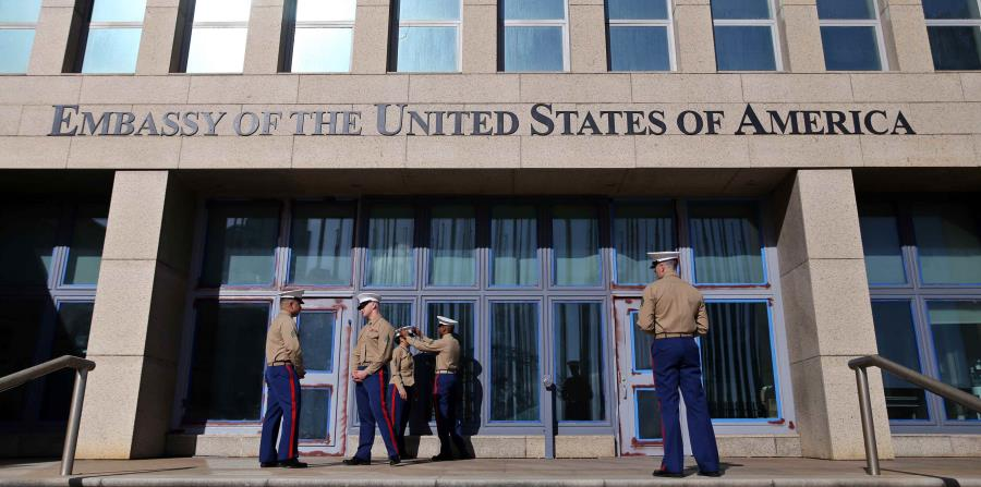 Varios marines del ejército estadounidense prestan guardia hoy, miércoles 21 de febrero de 2018, en la entrada de la embajada de Estados Unidos, en la Habana (Cuba). (horizontal-x3)