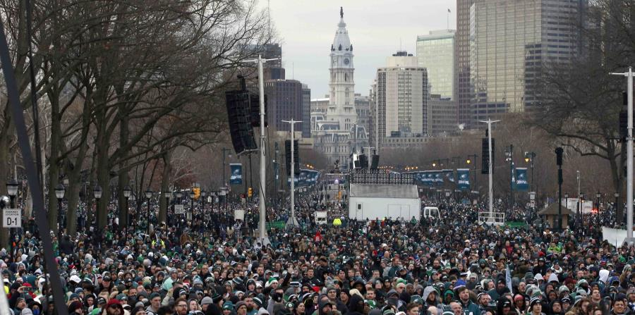 Fanáticos de los Eagles de Filadelfia se congregan en la celebración. (AP) (horizontal-x3)