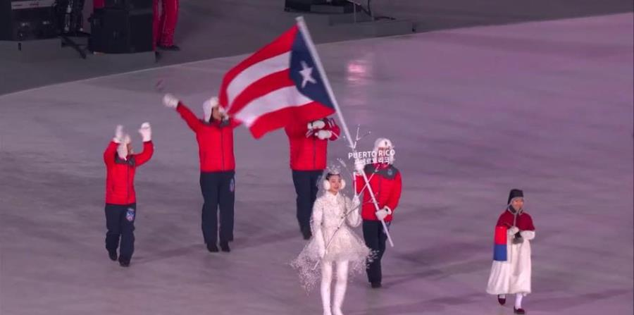 El esquiador Charles Arthur Hammond Flaherty portando la bandera de Puerto Rico. (Tomada del Copur) (horizontal-x3)