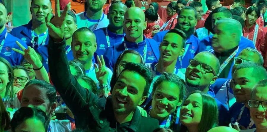 Luis Fonsi comparte con los atletas de la delegación nacional. (Special Olympics Puerto Rico) (horizontal-x3)