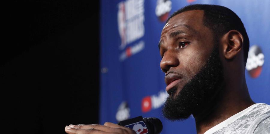 El jugador de Cleveland Cavaliers LeBron James habla en una rueda de prensa durante un entrenamiento de ayer. (EFE) (horizontal-x3)