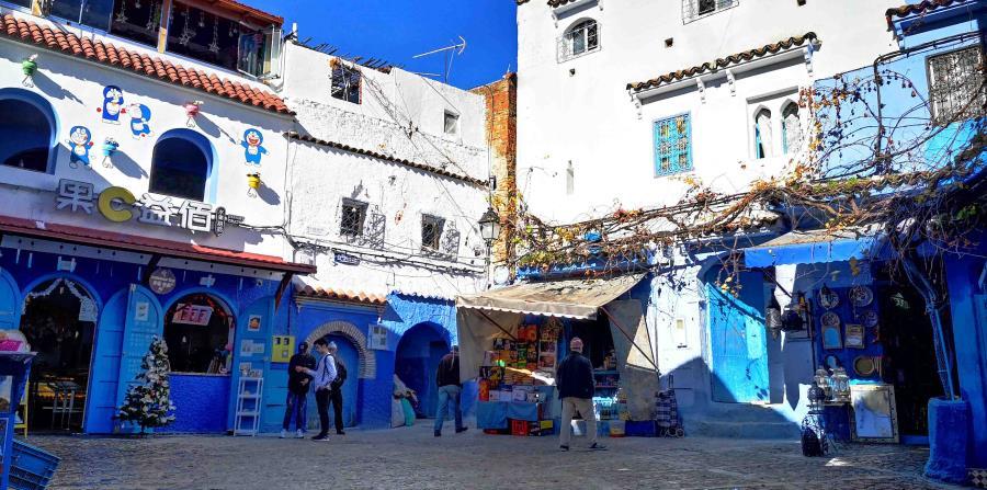 Aunque inicialmente se trataba de un tono de azul más pálido que el que actualmente lucen las paredes de Chauen, el origen del uso de este color en este pueblo se remonta a 400 años y es de raíz andalusí. (EFE)