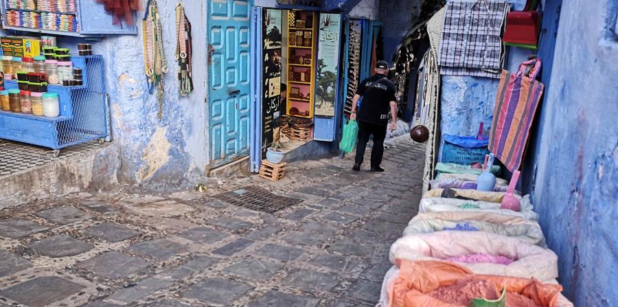 Los muros de esta ciudad antigua, conocida por su arquitectura tradicional y sus callejuelas que serpentean hacia arriba o abajo, son como un bazar al aire libre para cientos de turistas. (EFE)
