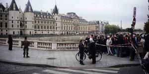 Un hombre utiliza un cuchillo para efectuar un ataque en la sede de la Policía de París