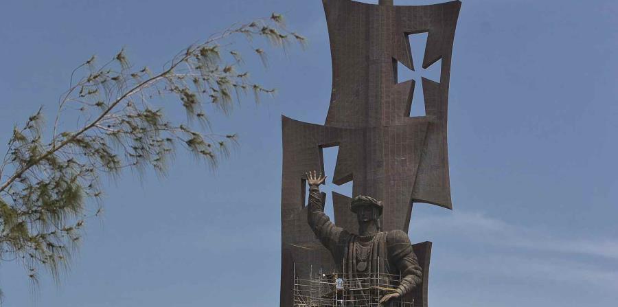 Terminan de armar la estatua de Colón en Arecibo