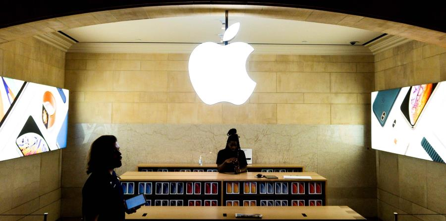 En julio de 2015 Levoff tenía conocimiento por su empleo de que Apple iba a presentar unos resultados financieros peores de lo que esperaban los analistas, por lo que vendió títulos de la empresa por valor de $10 millones. (EFE / Justin Lane) (horizontal-x3)