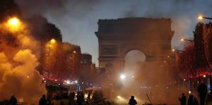 Arde París por protestas en contra del alza del impuesto al combustible