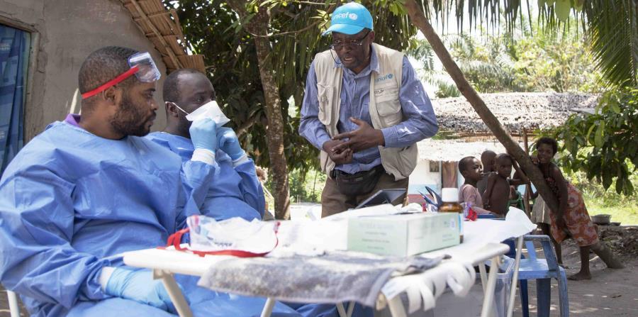 Un trabajador de UNICEF habla con integrantes del grupo de vacunación contra ébola en el Congo. (horizontal-x3)