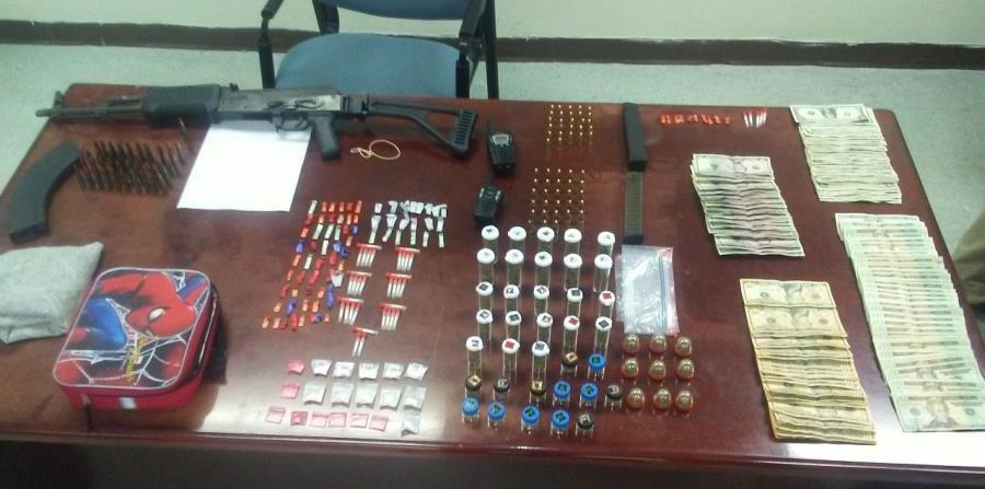 En el operativo se ocuparon 45 bolsas de marihuana, 19 bolsas de cocaína, 38 cápsulas de crack, 81 decks de heroína, un rifle AK 47, 156 municiones, cinco abastecedores de armas cargados,entre otros. (horizontal-x3)