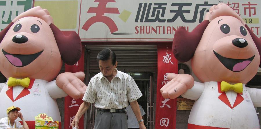 Un comprador en una tienda de precios bajos en Shuntianfu, Pekín (horizontal-x3)