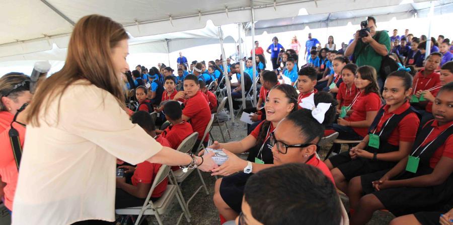 Keleher visitó ayer la escuela Casiano Cepeda de Rio Grande, que todavía no tiene servicio de energía eléctrica. (horizontal-x3)