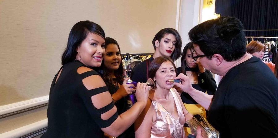 Patricia Romero Vázquez, Ashley Montañez Claudio y Rolando Ryan Flores asistieron al peluquero Delfín Olmo en la preparación de las modelos para el desfile de Lizet Miró.