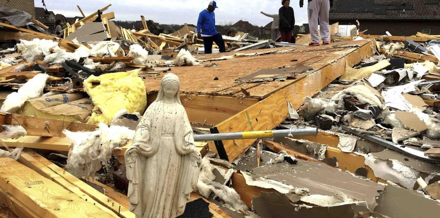 Una estatua de María figura entre diversos objetos que voluntarios rescataron de los escombros. (horizontal-x3)