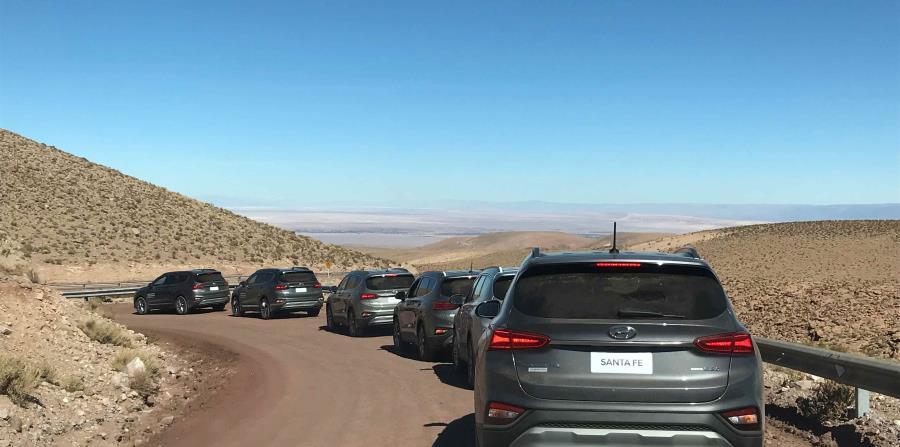 El modelo Hyundai Santa Fe está listo para manejar en cualquier terreno.
