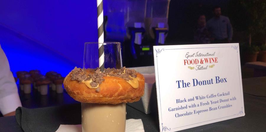 The Donut Box es un coctel de café blanco y negro, acompañadp de una dona fresca y granos de chocolate espresso. (Gregorio Mayí / Especial para GFR Media)