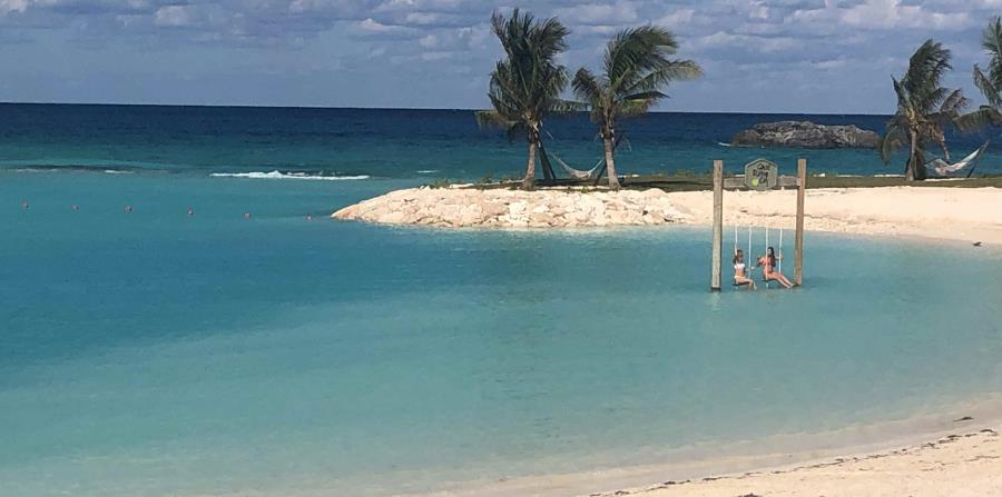 Great Stirrup Cay también tiene numerosas facilidades, como playas, abundantes sillones y sombrillas donde descansar gratis. (Gregorio Mayí / Especial para GFR Media)