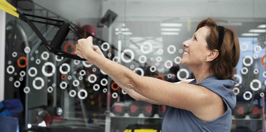Persona mayor haciendo entrenamiento (horizontal-x3)