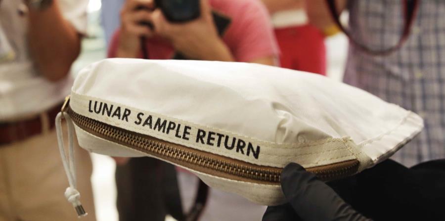 El polvo y algunas pequeñas rocas recogidas por Armstrong están contenidos en una bolsa pequeña y valen entre $2 millones y $4 millones. (horizontal-x3)