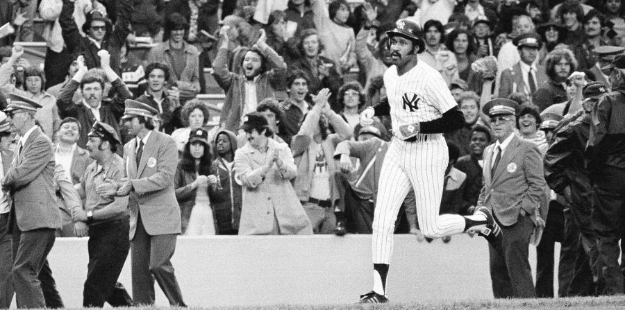 En esta foto del 6 de junio de 1976, el jugador de los Yankees, Oscar Gamble, corre las bases tras batear un jonrón contra los Atlético de Oakland en un partido en Nueva York. (AP) (horizontal-x3)