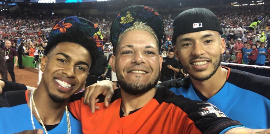 Francisco Lindor, Yadier Molina y Carlos Correa posan durante el Juego de Estrellas de Grandes Ligas la semana pasada en Miami. (horizontal-x3)