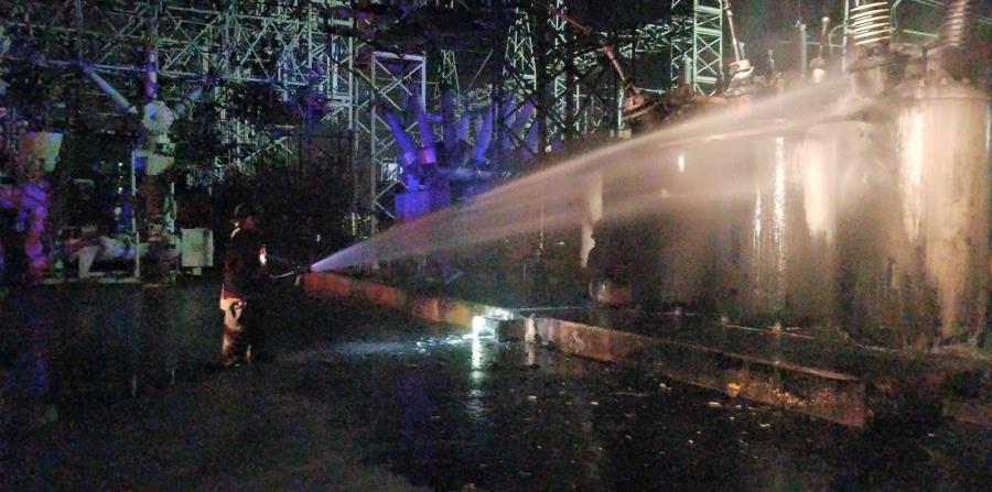 Personal del Cuerpo de Bomberos apaga el incendio causado por el interruptor 36210 en la subestación Monacillo. (Facebook.com)