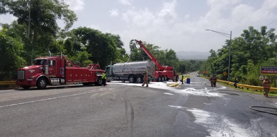 El cuerpo de bomberos en unión a equipo de Manejo de Emergencias removió el camión de la vía. (Suministrada)