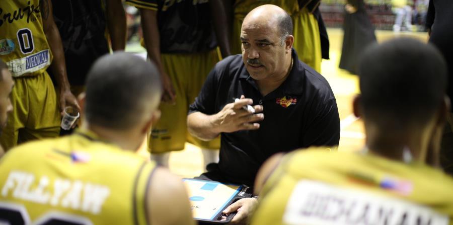 Manolo Cintrón (centro) dirigió a los Brujos de Guayama durante la temporada 2017 del Baloncesto Superior Nacional (BSN). (GFR Media) (horizontal-x3)