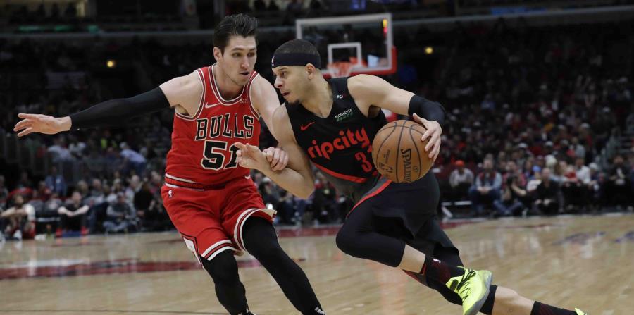 Seth Curry, de los Trail Blazers de Portland, penetra ante la defensa de Ryan Arcidiacono, de los Bulls de Chicago. (AP) (horizontal-x3)