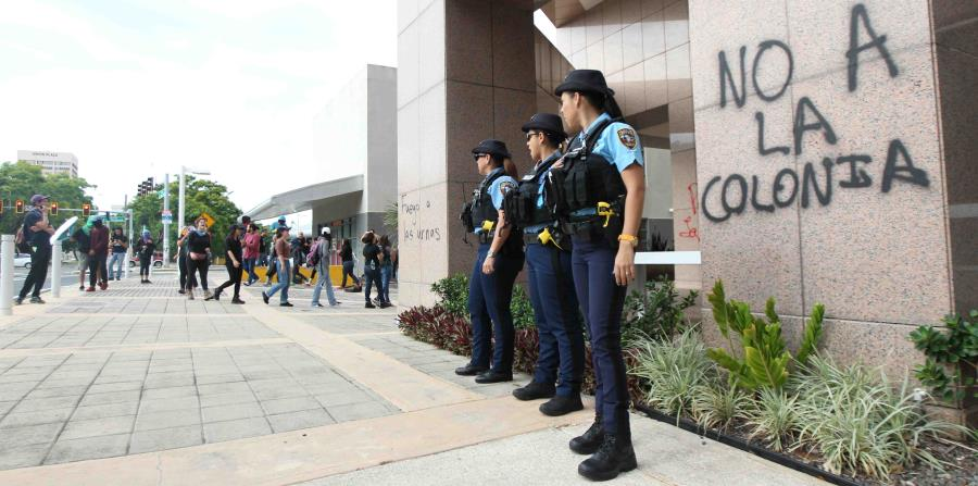 Las paredes del edificio 270 Plaza fueron escritas con mensajes en contra de la Junta. (horizontal-x3)