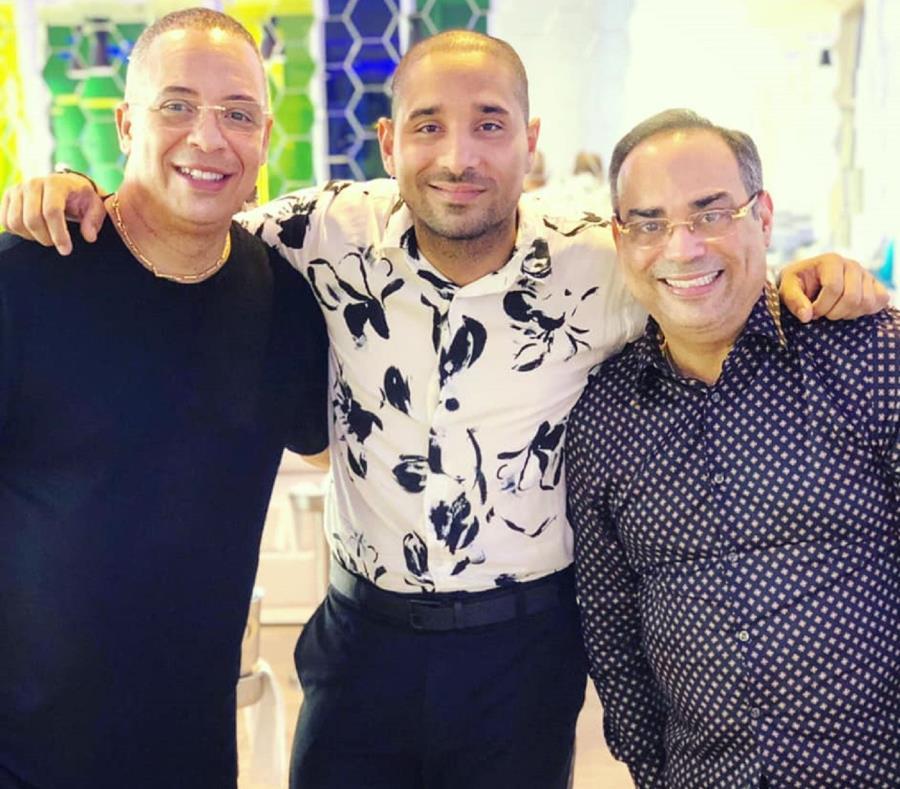 Gilberto Santa Rosa junto a Isaac Delgado (izquierda) y el director del video, Asiel Babastro (centro). (facebook.com/Asiel Babastro) (semisquare-x3)