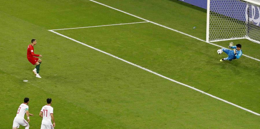 Ali Beiranvand, portero de Irán, detiene una patada de penalti de Cristiano Ronaldo. (AP) (horizontal-x3)