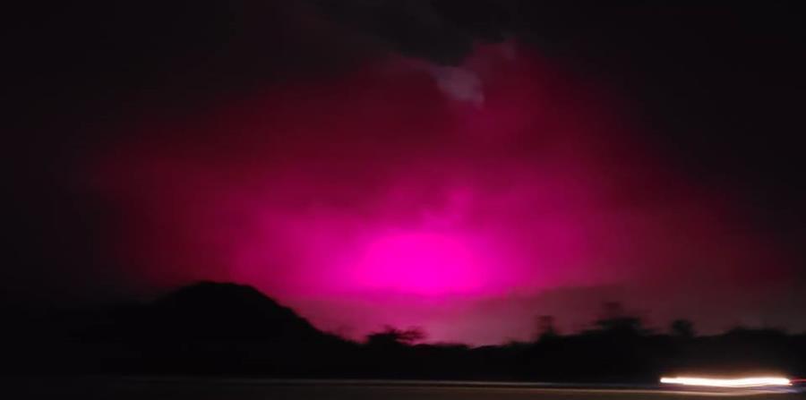 Una imagen del resplandor rosado en el cielo entre Juana Díaz y Santa Isabel (horizontal-x3)