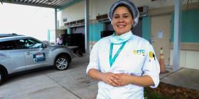 Estudiante puertorriqueña cocina para los más vulnerables en la Florida Central