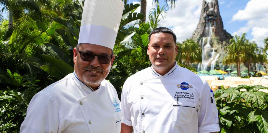 Roberto Martínez y su hijo son los responsables de llevar una pieza de la gastronomía boricua al parque acuático. (Carla D. Martínez / Especial para El Nuevo Día)